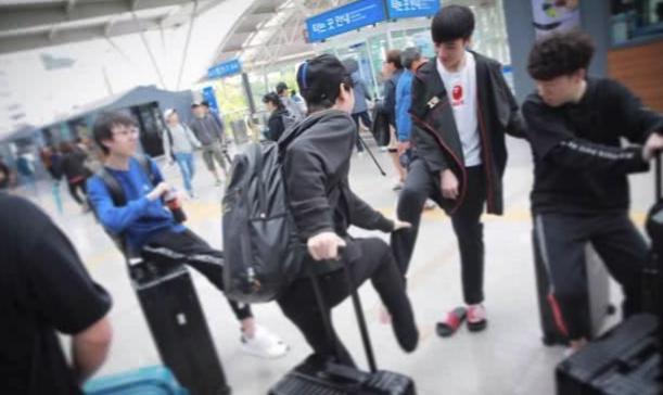 "RNG""拖鞋男团""釜山行启程 上辅直接在地铁站Solo"